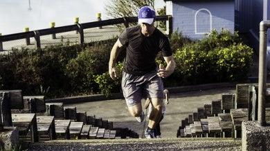 Homme faisant un sprinte dans les escaliers