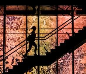 Femme courant dans les escaliers