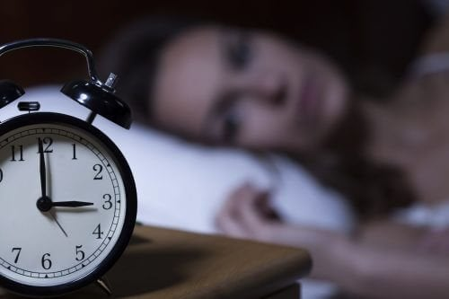 Une femme stressée par le confinement qui n'arrive pas à conserver un bon rythme de sommeil
