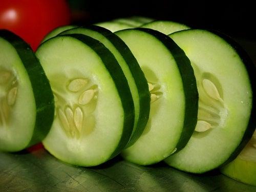 Les rondelles de concombre sont idéales contre les poches sous les yeux.