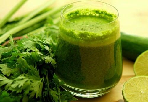 L'infusion de persil aide à éliminer le sel accumulé dans le corps.