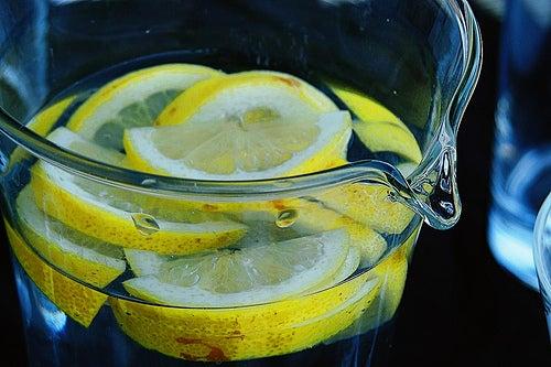 carafe d'eau avec rondelles de citrons