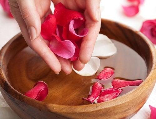 L'eau de roses protège le contour des yeux