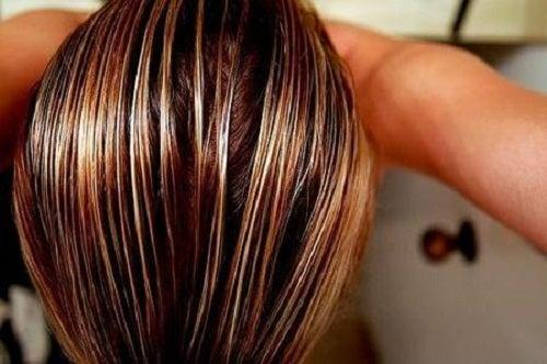 Comment-traiter-les-cheveux-gras