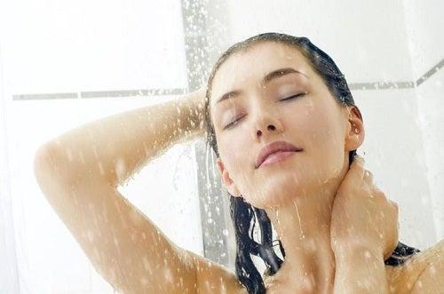 femme qui prend sa douche