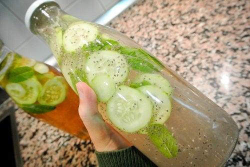 Une limonade légère au concombre, au gingembre et à la menthe