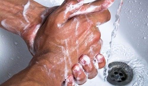 homme se lavant les mains avec du savon liquide