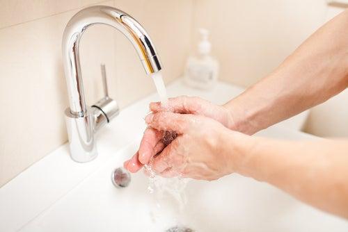 se laver les mains avec du savon liquide