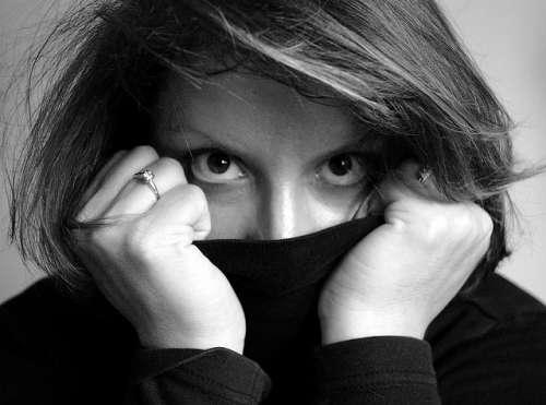 Femme qui cache son menton