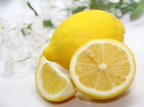 Le citron fait partie des détachants naturels très efficaces.