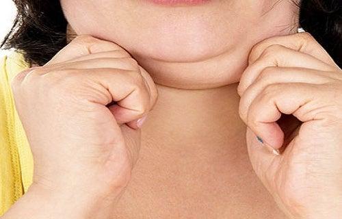 3 façons de réduire le double menton et de tonifier le cou