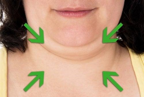 Eliminez votre double menton avec de l'argile et du concombre