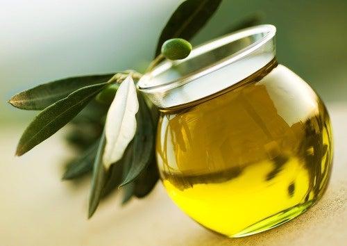 L'huile d'olive pour renforcer les ongles.