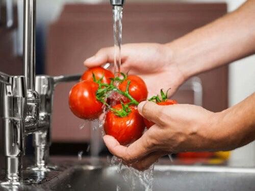Comment bien nettoyer vos fruits et légumes pour retirer tous les pesticides et bactéries