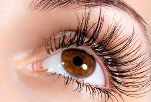 L'huile de ricin est miraculeux pour le traitement de l'alopécie des sourcils et des cils.