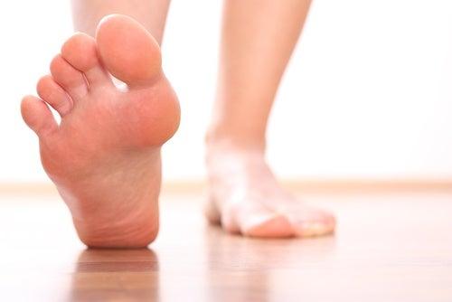 Soulager le poids du corps afin d'éviter d'avoir mal au talon.