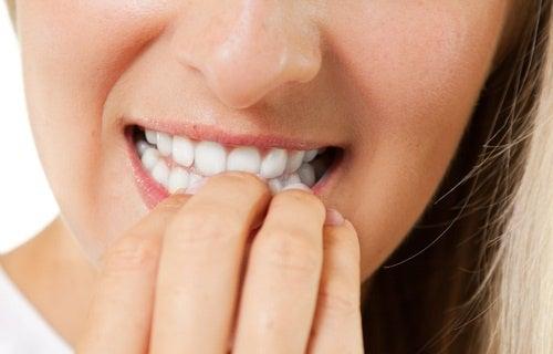Qu est-ce que se ronger les ongles dit de votre personnalité : habitude