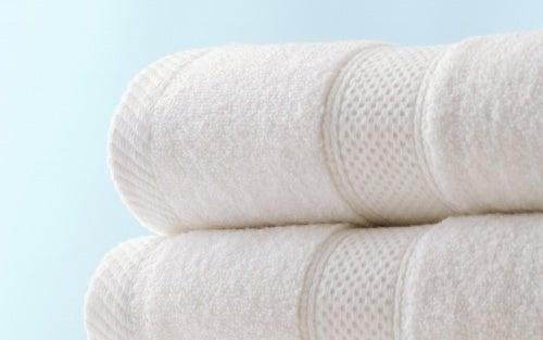 Astuces pour garder vos serviettes bien absorbantes et sans mauvaises odeurs