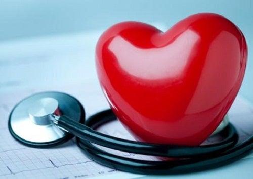 Quels éléments provoquent la cardiomyopathie des cœurs brisés