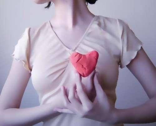 femme tenant son coeur brisé