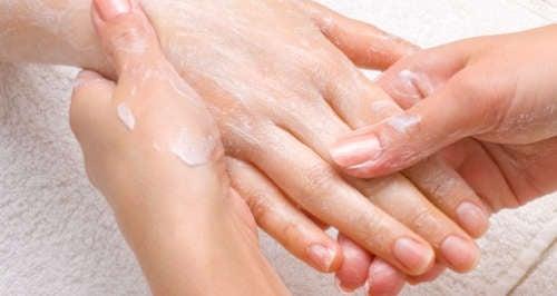 massage des mains avec du bicarbonate de soude