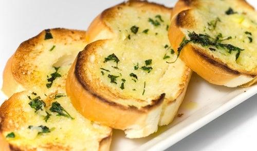 préparer-du-pain-à-l'ail-500x295