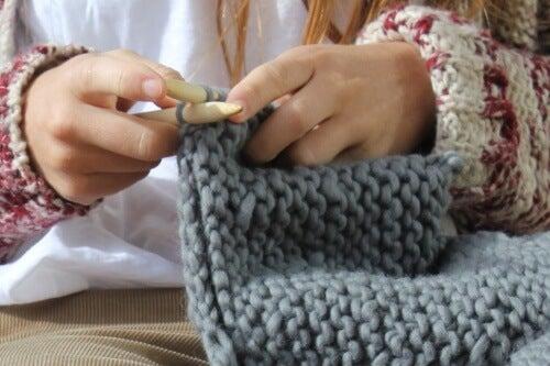 La tricot-thérapie : pourquoi tricoter est-il bon pour la santé ?