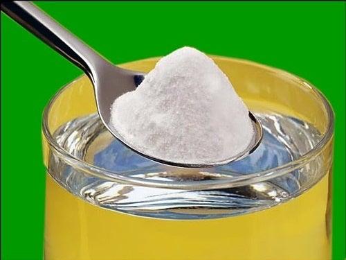 eau alcaline avec du bicarbonate de soude