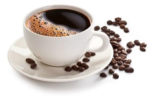 Les aliments qui rendent les dents jaunes : café et thé