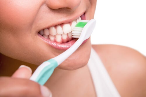 Comment combattre les dents jaunes : brosser les dents, bien sur