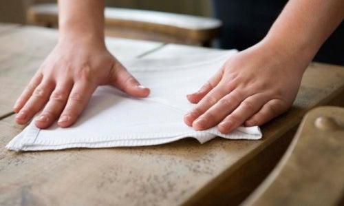 Comment nettoyer et faire briller les meubles en bois avec - Limpiar madera barnizada ...