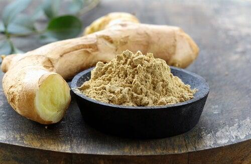 Le gingembre est un remède excellent pour désenflammer les mains.