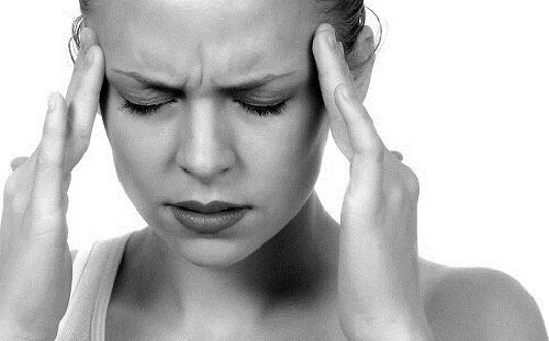 Femme souffrant une migraine
