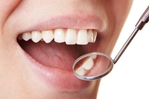 Comment éliminer la plaque dentaire à la maison