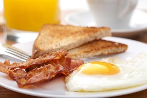 Il faut toujours vérifier la fraîcheur d'un œuf avant de le consommer.