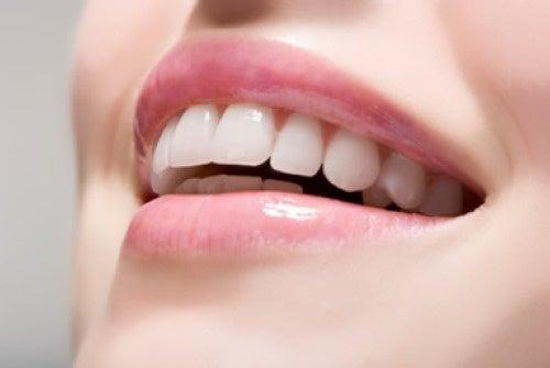 Blanchir les dents permet de paraître plus jeune.