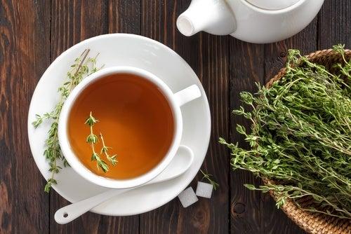 7 boissons délicieuses pour renforcer le système immunitaire : infusion de thym