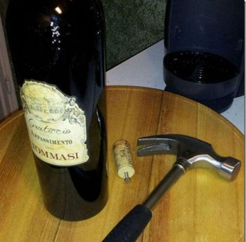 Astuce maison pour ouvrir une bouteille sans tire-bouchon.