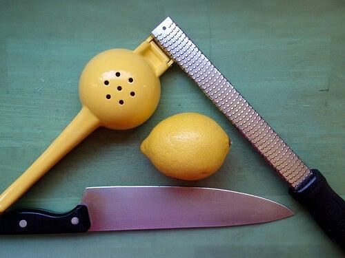 râpe de citron pour faire une thérapie au citron congelé