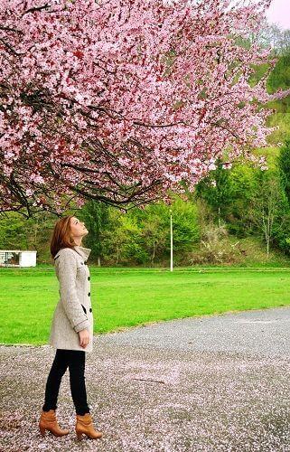 femme regardant un arbre