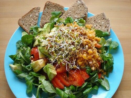 salade complète avec du pain complet