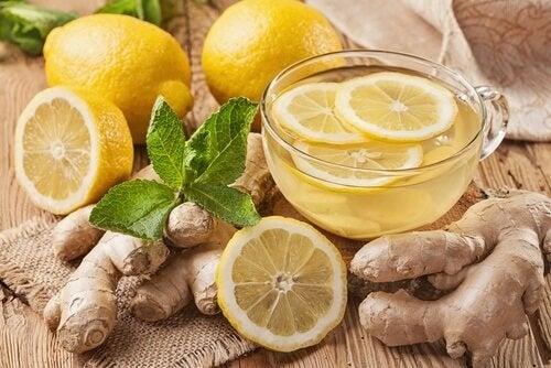 Thé au gingembre avec du citron