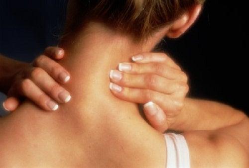 Vous avez le cou rigide ? Découvrez des remèdes maison pour vous soigner !