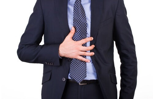 L'hibiscus aide à réduire les symptômes de la gastrite chronique.