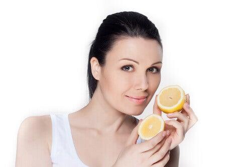 femme tenant un citron dans la main
