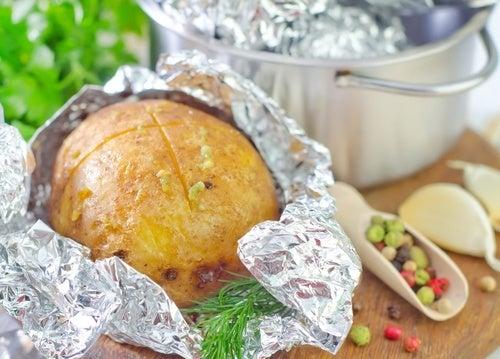 Est-il dangereux d'utiliser du papier aluminium pour conserver notre nourriture ?