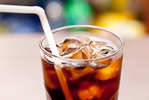 Boire des sodas.