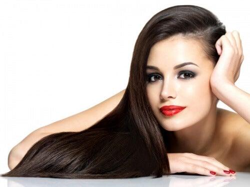 une femme avec de beaux cheveux longs