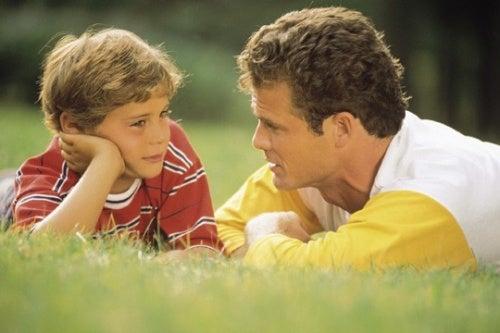 Un père et son enfant qui discutent