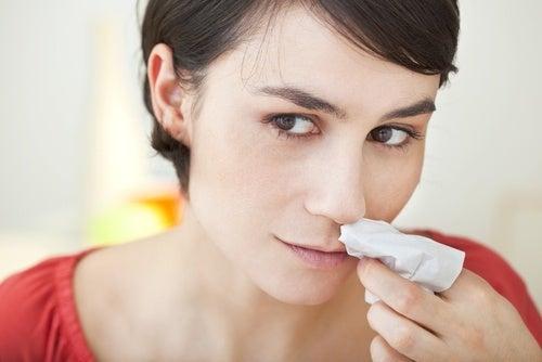 Le saignement de nez peut être produit par une sinusite.